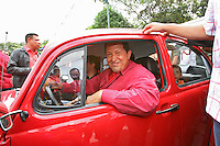 El Presidente de Venezuela Hugo Chavez se retira en un Volkswagen Beetle luego de emitir su voto en el barrio 23 de Enero de Caracas en las elecciones presidenciales. Chavez gano su reeleccion venciendo por mas de 30 puntos a su rival opositor Manuel Rosales.* Venezuelan President Hugo Chavez leaves driving a Volkswagen Beetle upon casting his vote in 23 de Enero district in Caracas during the presidential election. Chavez won by a large diference the presidential election over oposition candidate Manuel Rosales
