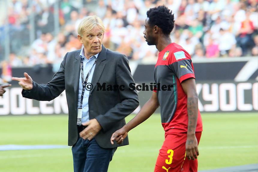 Nicolas N'Koulou und Kameruns Nationaltrainer Volker Finke - Deutschland vs. Kamerun, Mönchengladbach