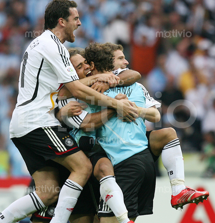 Fussball WM 2006  Viertelfinale   Deutschland - Argentinien JUBEL GER, Christoph Metzelder, David Odonkor umarmen Torwart Jens Lehmann , Arne Friedrich (v.li.)