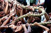 Promesseiros carregam a corda em pagamento as promessas feitas a Nossa Senhora de Nazar&eacute; no decorrer da prociss&atilde;o que ocorre a mais de 200 anos em Bel&eacute;m. As estimativas s&atilde;o de mais de 1.500.000 pessoas acompanhem &agrave; prociss&atilde;o.<br />08/10/2000<br />&copy;Foto: Paulo Santos/Interfoto.<br />Negativo Cor 135 N&ordm; 7632 T2 F34a