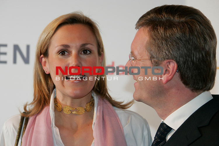 NDS MP Christian Wulff mit Lebensgefaehrtin Bettina Koerner - hier am 20.12.07 beim Nord-Sued - Dialog in Hannover. <br /> <br /> <br /> Foto: &copy; nph ( nordphoto )