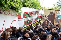 Roma 27 Aprile 2013..Questa mattina, agenti della polizia sono  andati a casa di Lander Fernandez ,al quartiere Garbatella, attivista del movimento giovanile basco, rifugiato in italia e agli arresti domiciliari  da più di un anno per  la richiesta di estradizione da parte della Spagna che lo accusa di aver commesso un reato di danneggiamento di un autobus durante una manifestazione a Bilbao nel febbraio 2002. La polizia lo ha portato in Questura per notificargli l'estradizione. Centinaia di simpatizzanti hanno opposto resistenza passiva all'arrivo delle forze dell'ordine.