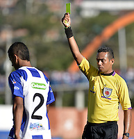 BELLO -COLOMBIA-05-04-2014. Eder Vergara, árbitro, muestra la tarjeta amarilla a Luciano Ospina (Izq) durante partido entre Deportivo Rionegro y América de Cali por la fecha 12 del Torneo Postobón I 2014 jugado en el estadio Tulio Ospina de la ciudad de Bello./ Eder Vergara, referee, shows the yellowcard to Luciano Ospina (L) during the match between Deportivo Rionegro and America de Cali for the 12th date of Postobon Tournament I 2014 at Tulio Ospina stadium in Bello city. Photo: VizzorImage/ Gabriel Aponte / Staff