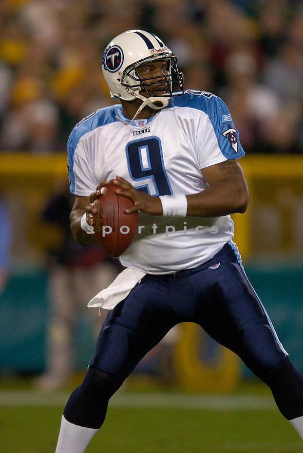 Steve McNair durng the Titans v. Packers game on October 11, 2004...Titans win 48-27..Chris Bernacchi / SportPics