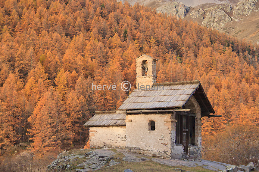 France, Hautes-Alpes (05), Vallée de la Clarée, Névache, hameau de Fontcouverte, chapelle Sainte-Marie ou chapelle de Fontcouverte en automne sur fond de mélèzes oranges // France, Hautes Alpes, Valley of Claree, Nevache, hamlet of Fontcouverte, chapel St. Marie or chapel of Fontcouverte