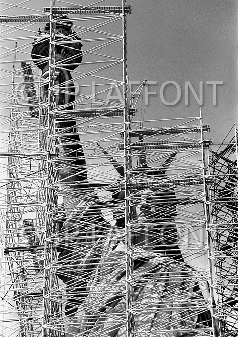 New York City, NY. November 1985.<br /> Statue of Liberty under renovation. The renovation was carried out by LCM corporation ( Les Metalliers Champenois) based in Patterson, New Jersey. LCM was founded by french artisans who came from france for the restoration.