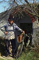 Europe/Hongrie/Tokay/Sarospatak: Mr Széesi Dezso vieux vigneron privé devant l'entrée de sa cave