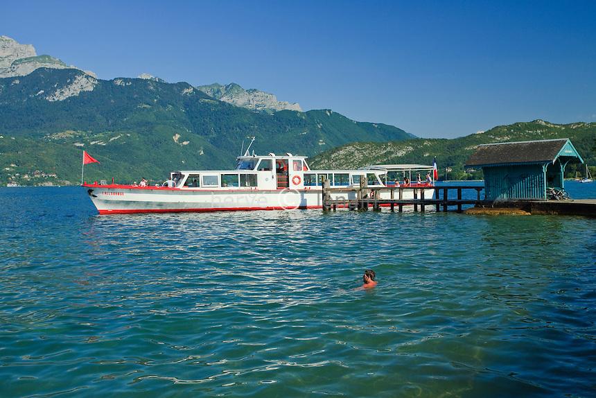 France, Haute-Savoie (74), Saint-Jorioz, lac d'Anneçy, embarcadère du port de plaisance et le bateau de croisière L'Allobroge // France, Haute-Savoie, Saint-Jorioz, lake Anneçy, pier of the marina and cruise ship The Allobroge