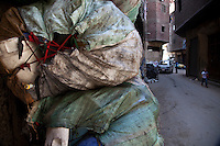 2011 Mokattam Garbage City (alla periferia del Cairo) il quartiere copto dove si vive in mezzo alla spazzatura raccolta: sacchi contenenti plastica riciclata in strada.(on ​​the outskirts of Cairo) the Coptic quarter where people live in the midst of garbage collection: bags containing recycled plastic in the street.