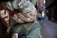 2011 Mokattam Garbage City (alla periferia del Cairo) il quartiere copto dove si vive in mezzo alla spazzatura raccolta: sacchi contenenti plastica riciclata in strada.(on the outskirts of Cairo) the Coptic quarter where people live in the midst of garbage collection: bags containing recycled plastic in the street.