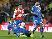 BOGOTÁ -COLOMBIA, 22-02-2014. Wilder Medina (C) de Independiente Santa Fe disputa el balón con Roman Torres (Izq) y Oswaldo Henriquez (Der) del Millonarios durante partido por la fecha 7 por la Liga Postobón  I 2014 jugado en el estadio Nemesio Camacho el Campín de la ciudad de Bogotá./ Independiente Santa Fe player Wilder Medina (C) fights for the ball with Millonarios player Roman Torres (L) and Oswaldo Henriquez (R) during match for the 7th date for the Postobon  League I 2014 played at Nemesio Camacho El Campin stadium in Bogotá city. Photo: VizzorImage/ Gabriel Aponte / Staff