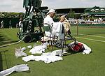 Tennis All England Championships Wimbledon Ordnung ist das halbe Leben: Nicolas Kiefer (GER) in seinem Spiel gegen J. Benneteau.