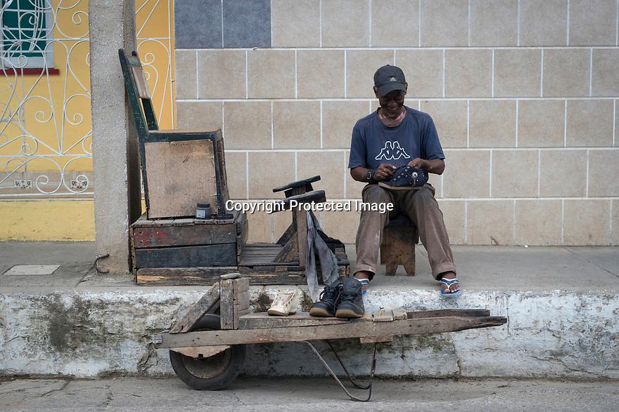 27/07/18<br /> <br /> Street shoe-cleaner. Trinidad, Cuba.<br /> <br /> All Rights Reserved, F Stop Press Ltd. (0)1335 344240 +44 (0)7765 242650  www.fstoppress.com rod@fstoppress.com