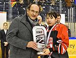 09.01.2020, BLZ Arena, Füssen / Fuessen, GER, IIHF Ice Hockey U18 Women's World Championship DIV I Group A, <br /> Siegerehrung, <br /> im Bild Ehrung Platz 2, Paul Iacob (Buergermeister Fuessen), Mei Sakurai (JPN, #4)<br /> <br /> Foto © nordphoto / Hafner