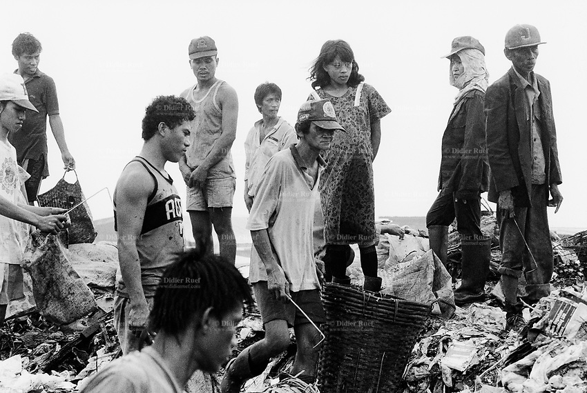 Philippines. Luzon Region. Manila. Tondo area. Smokey mountain is a rubbish dump. Life on a garbage heap. A group of scavengers on dumpsite. They collect various rubbish items in order to resell them as recycled products. © 1992 Didier Ruef .