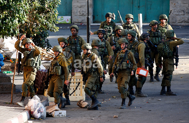 Israeli security forces take position after soldiers entered an area controlled by the Palestinian authority in the divided city of Hebron, in the Israeli-occupied West Bank, on September 20, 2017. Photo by Wisam Hashlamoun