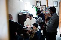 23.02.2014. Napoli, Campania, Italia. Don Patricello signerer en bok om Campania regionen han nylig har gitt ut. Søndagsmesse i kirken i Caivano. Padre Don Maurizio Patricello er blitt en sentral skikkelse i Campania i kampen mot Camorra syndikatet. Et område som troner som Europas kreft sentrum nummer en, med omlag 10.000 kjemikalie relaterte kreftdødsfall siden 2005. Bilder til magasinsak om Campania regionen.  Foto: Christopher Olssøn