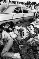 Cape Kennedy, FL - July 16, 1969, 5am<br /> A family sleeps on the grass next to their car.<br /> Cape Kennedy, Floride, 16 juillet 1969. 5 heures du matin.<br /> La foule consid&eacute;rable des curieux venus voir le lancement d&rsquo;Apollo XI s&rsquo;effondre n&rsquo;importe o&ugrave; pour un sommeil de quelques heures.