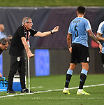 Uruguay head coach Oscar Tabarez talks to Matias Vecino (5) of Uruguay during an international friendly game  on September 10, 2019 at Busch Stadium in St. Louis, Missouri USA<br /> AFP Photo by Tim VIZER