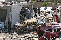 """BAS12 - BUENOS AIRES (ARGENTINA) 26/09/11 .- Vista de los destrozos que dejó una explosión en la madrugada de hoy, lunes 26 de septiembre de 2011, en la localidad de Monte Grande, en las afueras de Buenos Aires. Una mujer peruana murió y otras ocho personas resultaron heridas hoy debido a una misteriosa explosión causada, según el relato de los vecinos, por """"una bola de fuego que cayó del cielo"""". EFE/Leo La Valle..."""