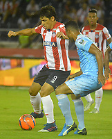 BARRANQUILLA- COLOMBIA -25-03-2017: Roberto Ovelar (Izq.) jugador de Atletico Junior disputa el balón con Cesar Carrillo (Der.) jugador de Jaguares F.C., durante partido aplazado de la fecha 2entre Atletico Junior y Jaguares F.C. por la Liga Aguila I-2017, jugado en el estadio Metropolitano Roberto Melendez de la ciudad de Barranquilla. / Roberto Ovelar (L) player of Atletico Junior vies for the ball with Cesar Carrillo (R) player of Jaguares F.C. during a posponed match of the date 2, between Atletico Junior and Jaguares F.C. for the Liga Aguila I-2017 at the Metropolitano Roberto Melendez Stadium in Barranquilla city, Photo: VizzorImage  / Alfonso Cervantes / Cont.