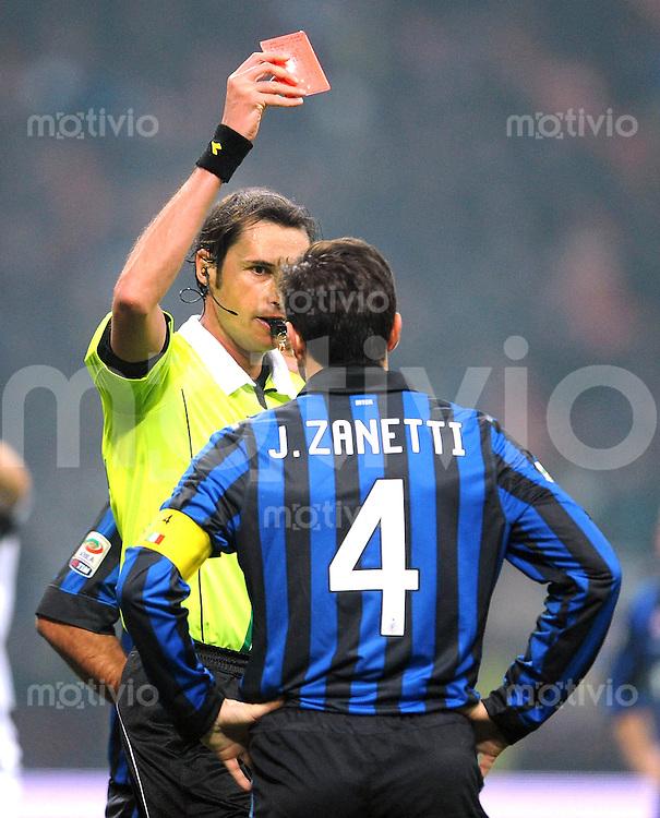 FUSSBALL INTERNATIONAL   SERIE A   SAISON 2011/2012    Inter Mailand - Udinese Calcio   03.12.2011 Schiedsrichter Andrea Gervasoni zeigt die Rote Karte Javier Zanetti (Inter Mailand)