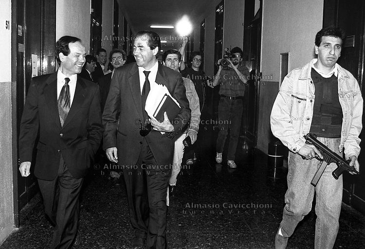 14 Mag 1992, Milano Palazzo di Giustizia - ad ANTONIO DI PIETRO &egrave; appena stata assegnata la scorta<br /> May 14 1992, Milan - ANTONIO DI PIETRO in the Courthouse with an armed escort