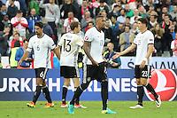 Sami Khedira, Thomas Müller, Jerome Boateng und Mario Gomez (D) enttäuscht nach dem 0:0 - EM 2016: Deutschland vs. Polen, Gruppe C, 2. Spieltag, Stade de France, Saint Denis, Paris