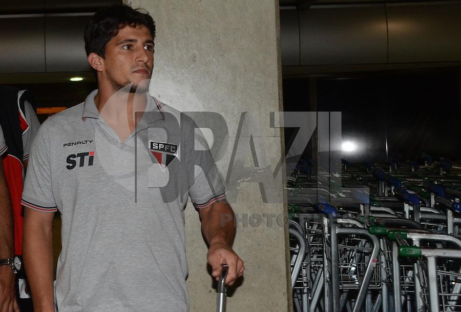 SAO PAULO, SP, 15 MARCO 2013 -  Aloisio  no desembarquer da equipe do  Sao Paulo após partida contra o Arsenal da Argentina valida pela taca Libertadores da America, no aeroporto de Cumbica , em Guarulhos. nesta sexta feira 15. (FOTO: ALAN MORICI / BRAZIL PHOTO PRESS).