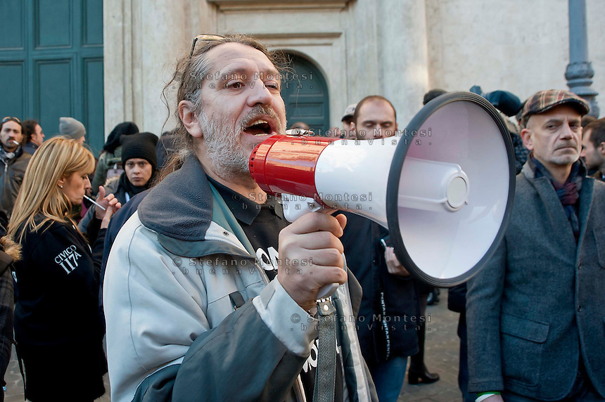 Roma  25 Novembre 2013<br /> Staminali, la protesta dei malati.<br />  Il movimento di sostegno al trattamento con cellule staminali pro-Stamina.  I manifestanti cercano di raggiungere l'entrata del Parlamento,ma vengono bloccati dalla polizia.<br /> Davide Vannoni, fondatore del metodo Stamina, con il megafono<br /> Roma, Italy. 25th November 2013 -- The pro-Stamina stem cell treatment support movement demonstrates in the center of Rome. The protesters trying to reach the entrance of the Parliament, but are blocked by police.   Davide Vannoni, founder of Stamina method, with megaphone