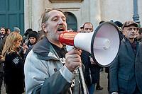 Roma  25 Novembre 2013<br /> Staminali, la protesta dei malati.<br />  Il movimento di sostegno al trattamento con cellule staminali pro-Stamina.  I manifestanti cercano di raggiungere l'entrata del Parlamento,ma vengono bloccati dalla polizia.<br /> Davide Vannoni, fondatore del metodo Stamina, con il megafono<br /> Roma, Italy. 25th November 2013 -- The pro-Stamina stem cell treatment support movement demonstrates in the center of Rome. The protesters trying to reach the entrance of the Parliament, but are blocked by police.   Davide Vannoni, founder of Stamina method, with megaphone