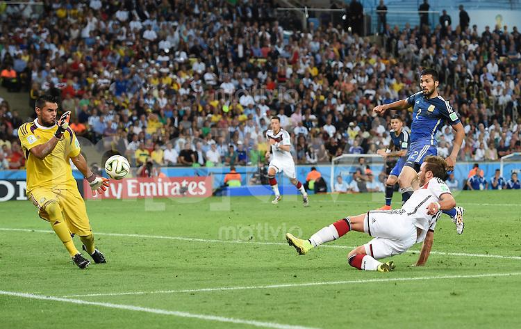 FUSSBALL WM 2014                FINALE Deutschland - Argentinien     13.07.2014 Mario Goetze (re, Deutschland) erzielt das Tor zum 1.0. Torwart Sergio Romero (li, Argentinien) ohne Chance