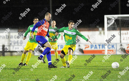 2011-12-17 / Voetbal / seizoen 2011-2012 / Sint-Lenaarts - Overpelt / Joris Jaspers (r, St-Lenaarts) met Van de Kerkhof..Foto: Mpics.be
