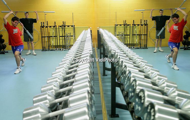 Foto: VidiPhoto..ARNHEM - Sportcentrum Papendal bij Arnhem heeft sinds kort een gloednieuw krachthonk waar zowel sporters als particulieren gebruik van kunnen maken. Het aantal mensen dat aan fitness doet, is de afgelopen twaalf maanden explosief gestegen. Dat is woensdagmorgen bekend gemaakt. In een jaar tijd schreven de 1700 sportscholen in Nederland 800.000 nieuwe leden in. Dat is een stijging van 47 procent. Nederland telt nu 2,5 miljoen fitnessers. Fitness (cardio en krachttraining) is inmiddels de populairste breedtesport.