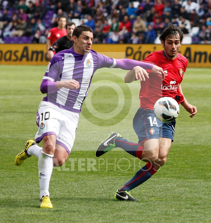Real Valladolid´s Oscar and Osasuna´s Alejandro Arribas during match of La Liga 2012/13. 31/03/2013. Victor Blanco/Alterphotos