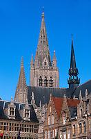 Belgien, Flandern,  Grote Markt und Turm der Kathedrale  in Ypern (Ieper)
