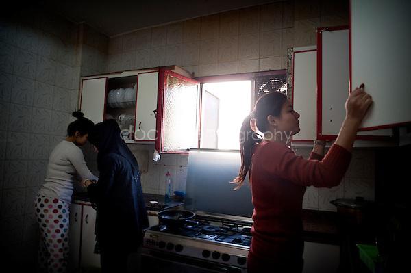 Copyright : Magali Corouge / Documentography.Le Caire, le 26 janvier 2013. .Yitong Shen dans la cuisine qu'elle partage avec 7 autres colocataires dont Wenchao, sa cousin, et Jing Jing, dans le quartier d'Abbasseya du Caire.
