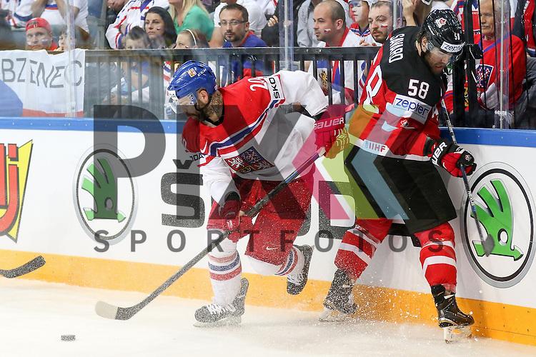 Canadas Savard, David (Nr.58) im Zweikampf mit Tschechiens Klepis, Jakub (Nr.20)(Ocelari Trinec)  im Spiel IIHF WC15 Canada vs. Czech Republic.<br /> <br /> Foto &copy; P-I-X.org *** Foto ist honorarpflichtig! *** Auf Anfrage in hoeherer Qualitaet/Aufloesung. Belegexemplar erbeten. Veroeffentlichung ausschliesslich fuer journalistisch-publizistische Zwecke. For editorial use only.