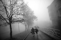 "Nagorny-Karabach, 15.05.2011, Shushi. Straflenszene an einem nebeligen Tag. ""The Twentieth Spring"" - ein Portrait der s¸dkaukasischen Stadt Schuschi, 20 Jahre nach der Eroberung der Stadt durch armenische K?mpfer 1992 im B¸gerkrieg um die Unabh?ngigkeit Nagorny-Karabachs (1991-1994). A street scene on a foggy day in Shushi. ""The Twentieth Spring"" - A portrait of Shushi, a south caucasian town 20 years after its ""Liberation"" by armenian fighters during the civil war for independence of Nagorny-Karabakh (1991-1994). .Une scène de rue sur un jour de brouillard à Chouchi. ""Le Vingtieme Anniversaire"" - Un portrait de Chouchi, une ville du Caucase du Sud 20 ans après sa «libération» par les combattants arméniens pendant la guerre civile pour l'indépendance du Haut-Karabakh (1991-1994)..© Timo Vogt/Est&Ost, NO MODEL RELEASE !!"