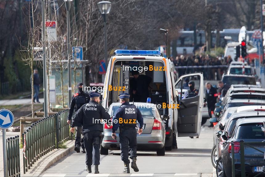 Op&eacute;rations anti-terroristes &agrave; Schaerbeek<br /> Les unit&eacute;s sp&eacute;ciales de la police f&eacute;d&eacute;rale ont p&eacute;n&eacute;tr&eacute; en d&eacute;but d&rsquo;apr&egrave;s-midi dans une habitation de Schaerbeek, en r&eacute;gion bruxelloise. Une explosion a pu &ecirc;tre entendue au d&eacute;but de l&rsquo;intervention. L&rsquo;intervention polici&egrave;re s&rsquo;est termin&eacute;e sur le coup de 16H. D&rsquo;apr&egrave;s un t&eacute;moin sur place, le suspect a pris une femme et un enfant en otage, avant de rel&acirc;cher ce dernier.Un homme, bless&eacute; &agrave; la jambe droite, a &eacute;t&eacute; neutralis&eacute;, il pourrait s&rsquo;agir de Mohamed Abrini,<br /> Belgique, Bruxelles, 25 mars 2016<br /> Police raid in Schaerbeek. The suspect was injured on the leg and arrested.<br /> Rumours say that it could be Mohamed Abrini,<br /> Belgium, Brussels, 25 March 2016