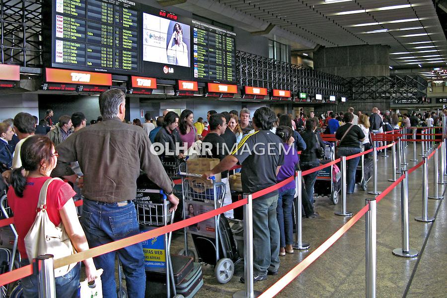 Fila de check in no aeroporto de Cumbica. São Paulo. 2010. Foto de Juca Martins.