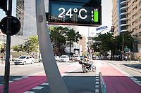 SÃO PAULO-SP-30,10,2014-CLIMA TEMPO SÃO PAULO -(RUA VERGUEIRO ALTURA DO N° 80) A temperatura terá maxima de até 33° e temperatura média de 30° na capital paulista.Região central da cidade de São Paulo,na manhã dessa quinta-feira,30(Foto:Kevin David/Brazil Photo Press)