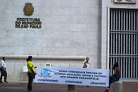 SÃO PAULO, SP, 24.04.2015 - PROTESTO MORADORES PARAISÓPOLIS IMAGEM DO DIA - Moradores do bairro da zona sul de São Paulo, Paraisópolis fazem um protesto em frente a Prefeitura da cidade pedindo melhorias para o bairro e mais segurança na manhã desta sexta-feira, (24). (Foto: Renato Mendes/Brazil Photo Press)