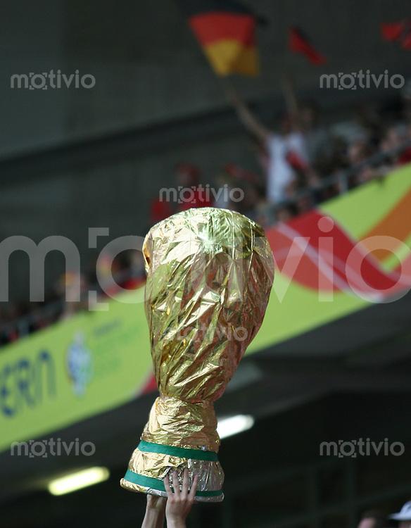 Fussball WM 2006 Vorrunde Paraguay - Trinidad & Tobago Fans heben den einen eigenen Weltpokal in die Huehe