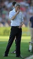 FUSSBALL   1. BUNDESLIGA  SAISON 2011/2012   8. Spieltag   01.10.2011 SC Freiburg - Borussia Moenchengladbach         Trainer Lucien Favre (Borussia Moenchengladbach) nachdenklich
