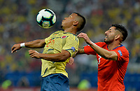 SAO PAULO – BRASIL, 28-06-2019: Roger Martinez de Colombia disputa el balón con Guillermo Maripan de Chile durante partido por cuartos de final de la Copa América Brasil 2019 entre Colombia y Chile jugado en el Arena Corinthians de Sao Paulo, Brasil. / Roger Martinez of Colombia vies for the ball with Guillermo Maripan of Chile during the Copa America Brazil 2019 quarter-finals match between Colombia and Chile played at Arena Corinthians in Sao Paulo, Brazil. Photos: VizzorImage / Julian Medina / Cont /