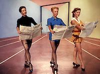 "Prod DB © MGM / DR<br /> DONNEZ-LUI UNE CHANCE (GIVE A GIRL A BREAK) de Stanley Donen 1953 USA<br /> avec Donna Martell, Marge Champion et Debbie Reynolds<br /> come?die musicale, danser, lire, journal, ""Variety"""