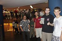"""FOTO EMBARGADA PARA VEICULOS INTERNACIONAIS - SAO PAULO, SP, 07 DE DEZEMBRO 2012 - LANCAMENTO LIVRO DO VAMPETA - Fila para autografos -  Lancamento do livro """"Vampeta, memorias do velho Vamp"""" - O ex-futebolista brasileiro, Marcos Andre Batista Santos, o Vampeta, recebe fans, amigos e imprensa em noite de autografos para lancamento do seu primeiro livro, na noite dessa sexta-feira, 07, no bairro da Bela vista, zona central da capital  -  FOTO: LOLA OLIVEIRA/BRAZIL PHOTO PRESS"""