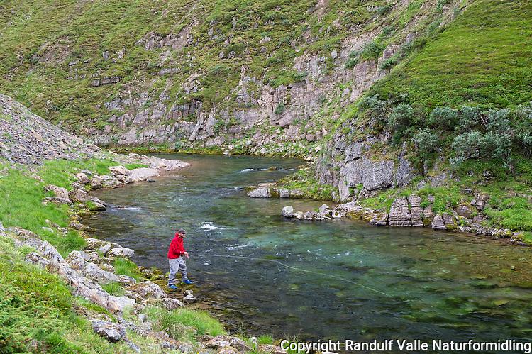 Laksefisker i Sandfjordelva i Varanger. ---- Man fly fishing for salmon.