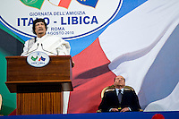 Silvio Berlusconi ascolta il discorso di Gheddafi durante la sua visita a Roma